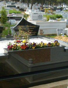 İki Kişilik Baş Taşı Yelkenli Çiçek Saksılı Komple Granit Mezar