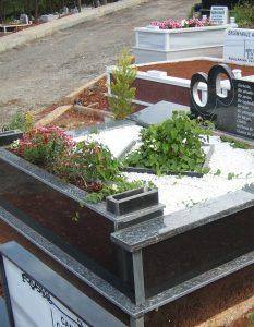 İki Kişilik Çiçek Saksılı Komple Granit Mezar